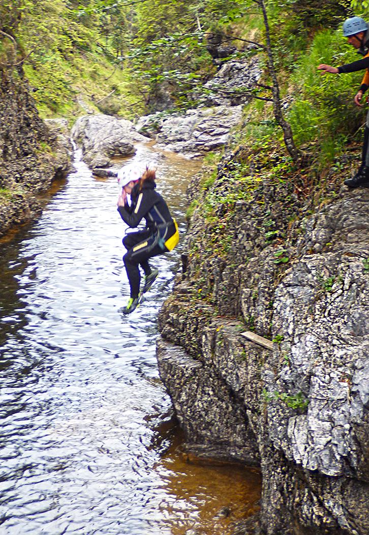 Canyoning Stuibenfälle Caro springt